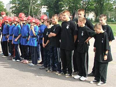 Uczestnicy zawodów w czasie zbiórki na placu