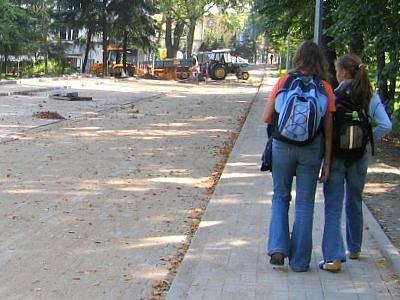 Dziewczynki idą nowym chodnikiem