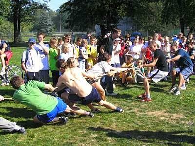 Dwie drużyny w konkurencji przeciąganie liny