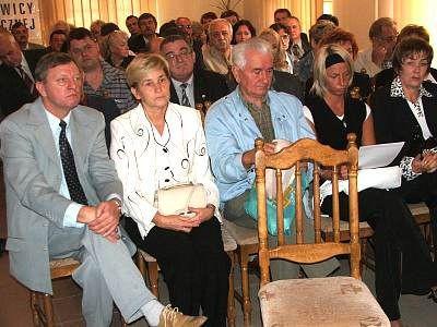 Sympatycy i członkowie SLD siedzą na krzesłach