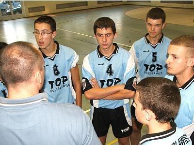 Trener Bogusław Mienculewicz rozmawia z siatkarzami