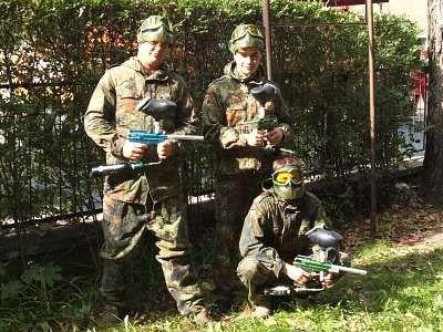 Trzech młodych ludzi w maskach i z pistoletami