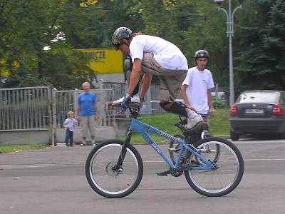 Chłopak wyknojuje akrobacje na rowerze
