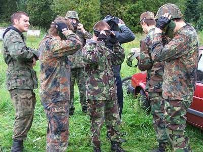 Zawodnicy zakładają maski ochronne