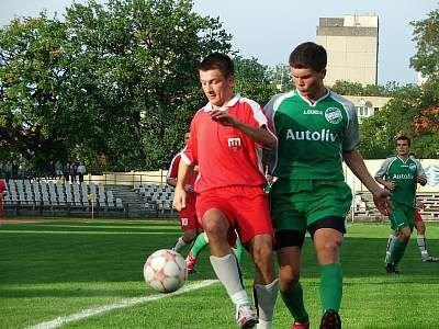 Radek Pietkiewicz walczy o piłkę