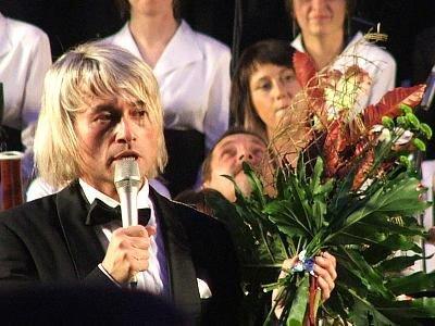Piotr Rubik trzyma kwiaty