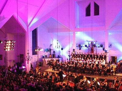Wnętrze kościoła, chór, orkiestra i ludzie