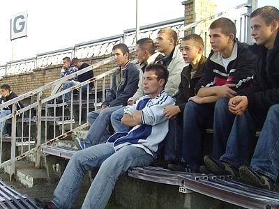 Chłopcy oglądają mecz Zagłębie Lubin - Wisła Kraków