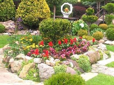 Skalnik z kwiatami w przydomowym ogródku