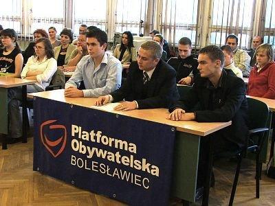 Młodzi ludzie siedzą za stolikiem