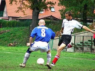 Piotr Nowicki strzela na bramkę