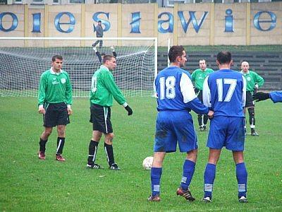 Piłkarze BKS przygotowują się do wykonania rzutu wolnego