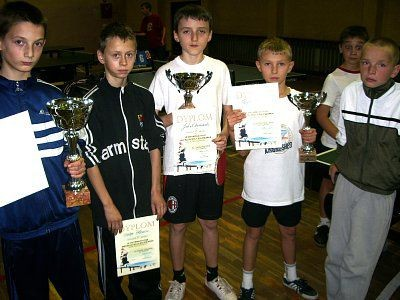 Chłopcy z pucharami i dyplomami