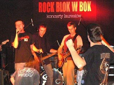 Muzycy rockowi w czasie występu