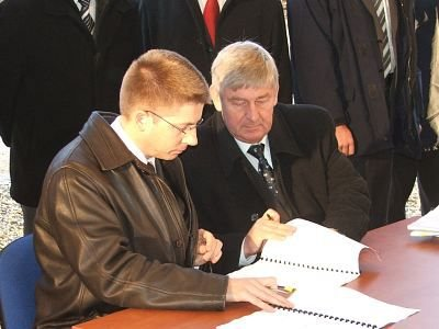 Mężczyźni podpisują kontrakt na budowę odcinka autostrady A-4