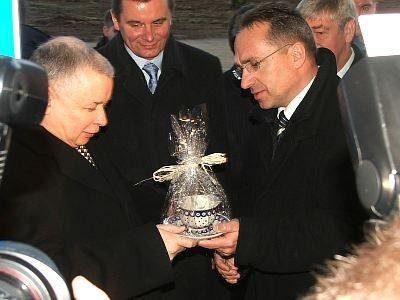 Piotr Roman wręcza Jarosławowi Kaczyńskiemu prezent- ceramiczną