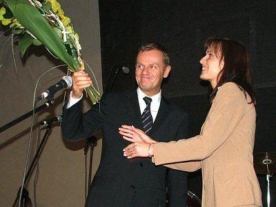 Donald Tusk z kwiatami i Elżbieta Dacewicz
