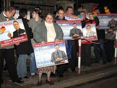 Ludzie z plakatami PiS