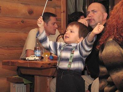 Chłopiec dyryguje grą zespołu muzycznego