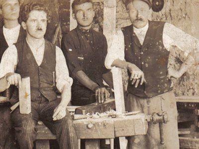 Czarno-biała fotografia przedstawiająca czterech mężczyzn