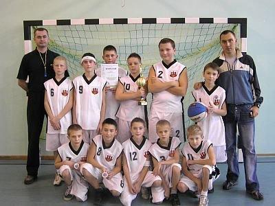Mistrzowska drużyna chłopców ze Szkoły Podstawowej nr 4