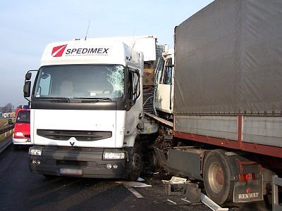 Zakleszczone ciężarówki po wypadku