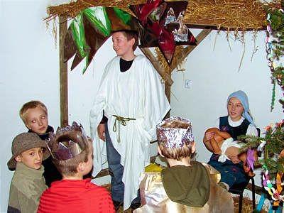 Dzieci grające w szopce bożonarodzeniowej