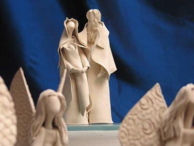 Ceramiczne anioły oraz Józef i Maryja z Dzieciątkiem