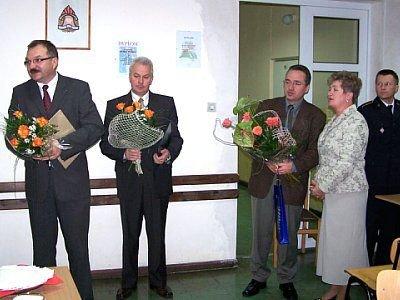 Cezary Przybylski, Mirosław Haniszewski i Piotr Roman z kwiatami