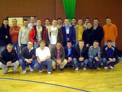 Młodzi piłkarze na sali