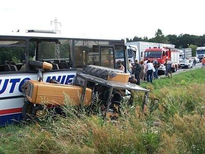 Przewrócony ciągnik rolniczy z kołem w oknie autobusu