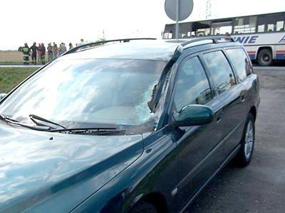 Samochód osobowy Volvo V70 z rozbitą szybą przednią