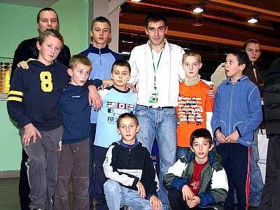 Młodzi piłkarze MKS Bobrzanie z Grzegorzem Bronowickim i Damianem Sawczakiem