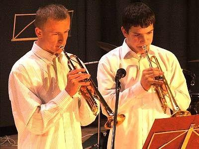 Uczniowie szkoły muzycznej grają na trąbkach