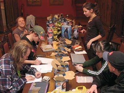 Wolontariusze Wielkiej Orkiestry Świątecznej Pomocy liczą pieniądze