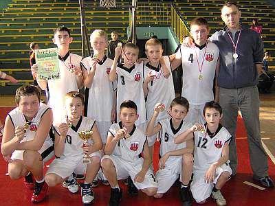 Młodzi koszykarze ze Szkoły Podstawowej nr 4