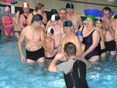 Dziadkowie, babcie i dzieci w basenie
