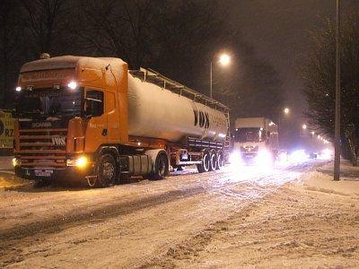 Samochód ciężarowy blokuje przejazd innych samochodów