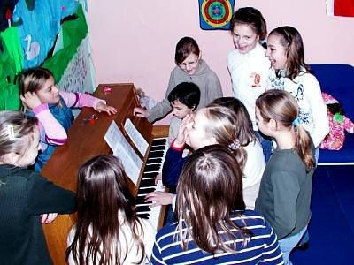 Dziewczynki grają na pianinie