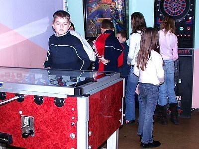 Chłopiec stoi przy stole do gry w piłkarzyki