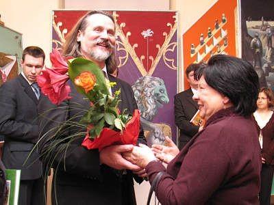 Krystyna Gay-Kutschenreiter wręcza kwiaty artyście
