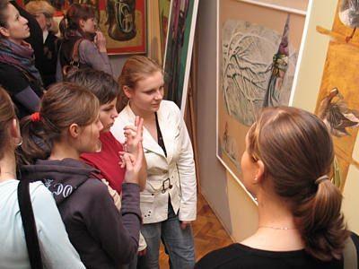 Dziewczęta oglądające obrazy Victora Alshevsky'ego