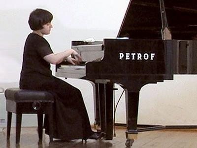 Anastasia Levandovskaia gra na fortepianie