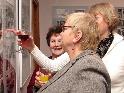 Kobiety oglądające zdjęcia