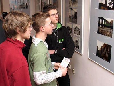 Chłopcy oglądający zdjęcia