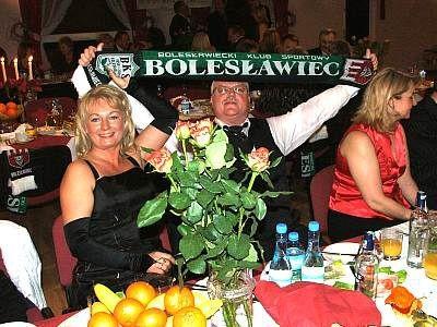 Mężczyzna trzyma rozwinięty szalik BKS Bolesławiec