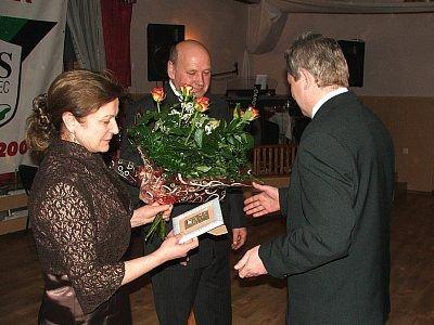 Państwo Bitowscy odbierają nagrodę z rąk Zbigniewa Laski