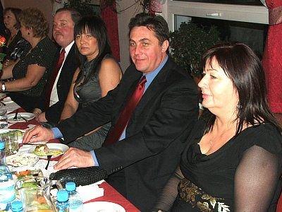 Ludzie siedzą przy stole