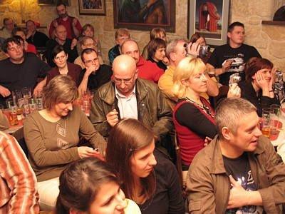 """Ludzie w Piwnicy Paryskiej podczas koncertu Sławka Wierzcholskiego i """"Marginesu"""""""