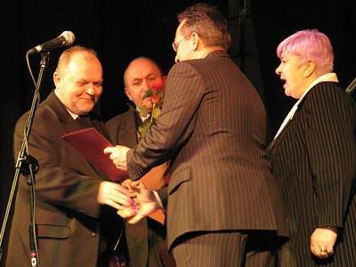 Leszek Żyzny i Aleksnader Samostrokow odbierają nagrodę od prezydenta miasta i przewodniczącej Rady Miasta